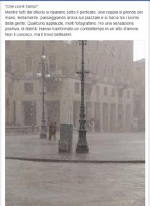 la foto del bacio dei fidanzati sotto il diluvio nella piazza deserta